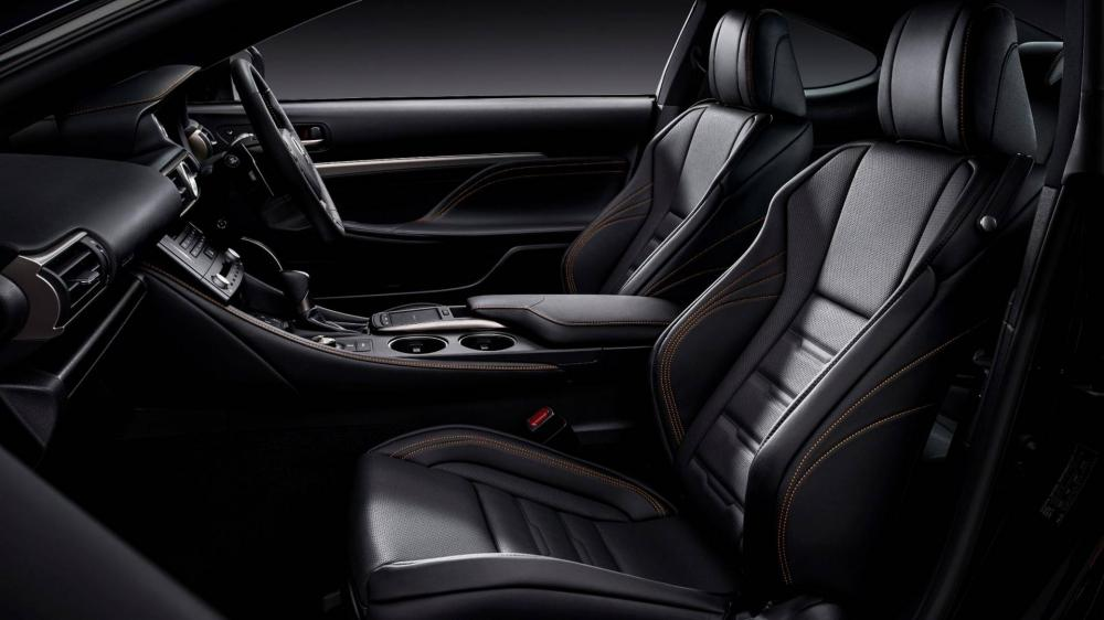 Khoang nội thất Lexus RC 300h F Sport Black Edition.