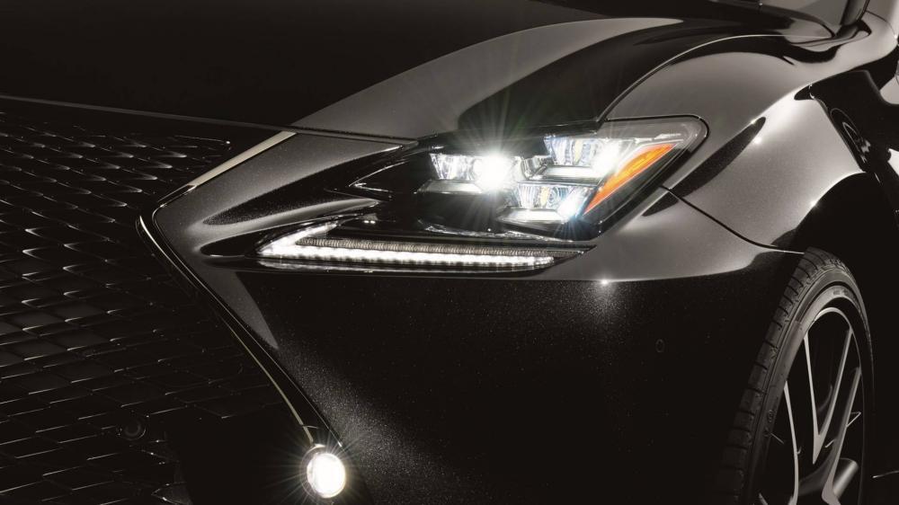 Lexus RC 300h F Sport Black Edition sẽ chính thức ra mắt tại triển lãm Geneva 2018.