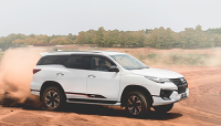 """Toyota Fortuner 2019 """"chơi trội"""": Vừa nhập khẩu vừa lắp ráp trong nước?"""